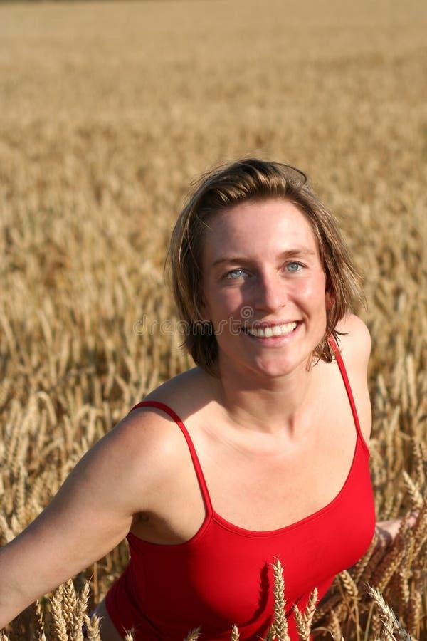 Giovane donna nel campo di frumento II fotografie stock libere da diritti