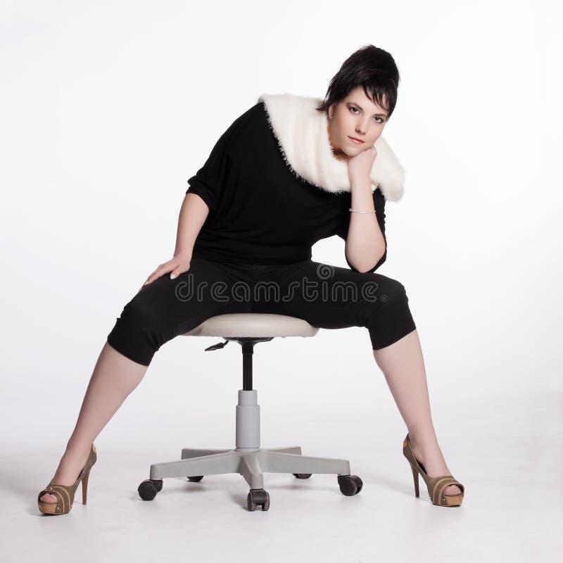 Giovane Donna Nel Nero Con Il Collare Bianco Della Pelliccia