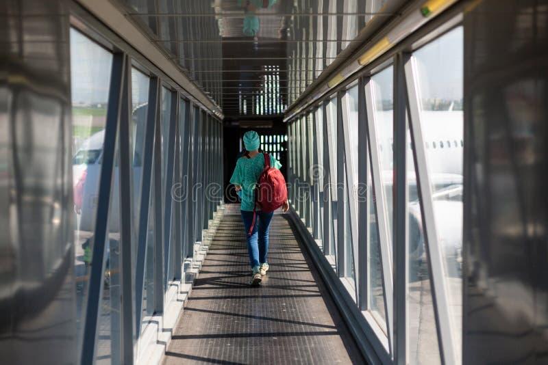 Giovane donna nel ponte di imbarco nell'aeroporto immagini stock libere da diritti