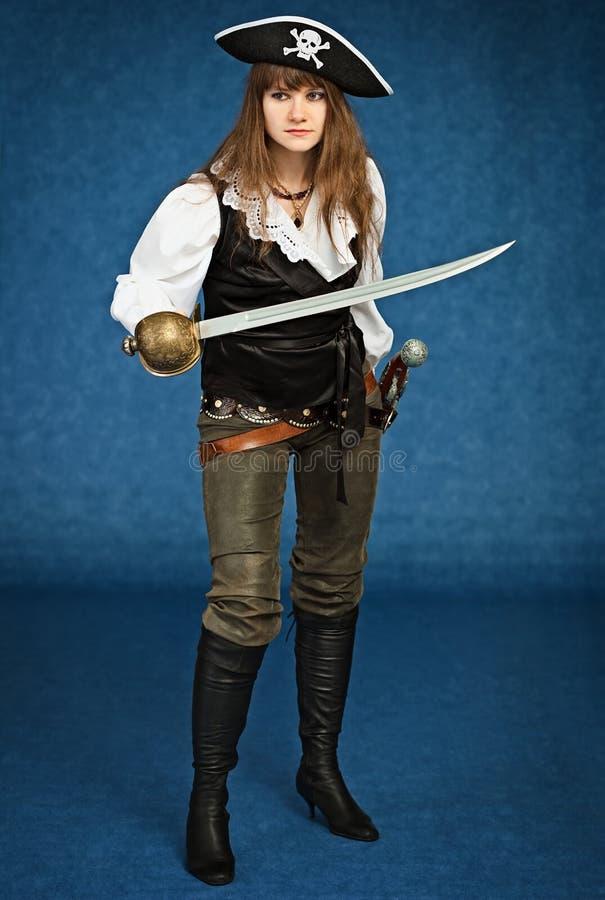 Giovane donna nel vestito del pirata con la sciabola immagini stock