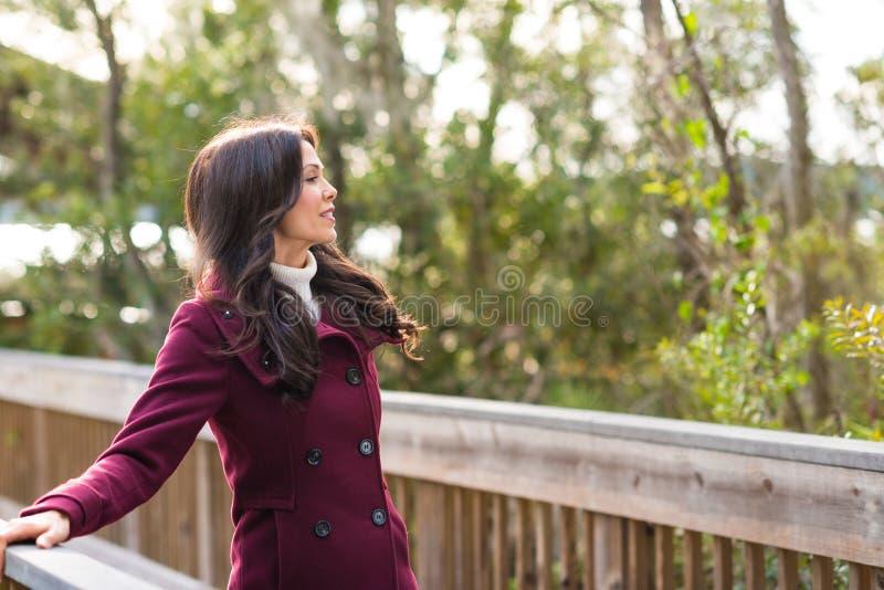 Download Giovane Donna Nell'ambiente Naturale Immagine Stock - Immagine di borgogna, adulto: 56890291