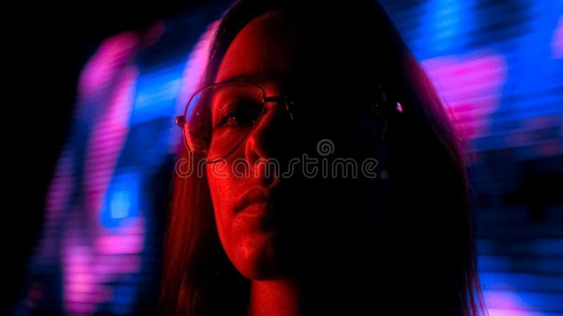 Giovane donna nell'ambito di influenza che va in giro nel club, vita notturna, fine della droga su fotografie stock