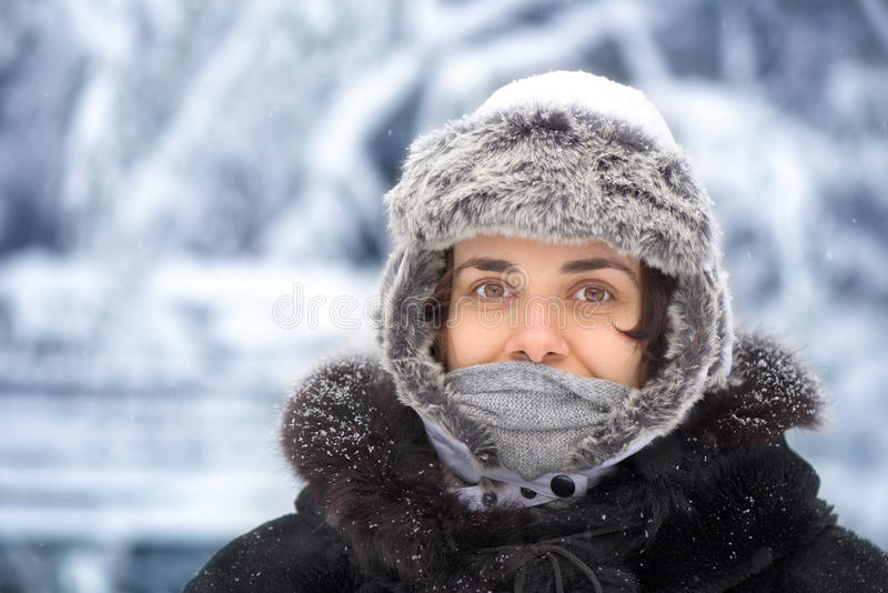 Giovane donna nell'inverno fotografia stock libera da diritti