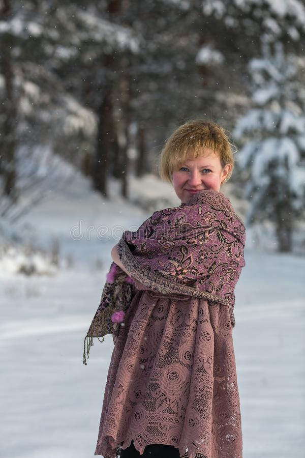 Giovane donna nell'inverno al parco nevoso fotografie stock libere da diritti