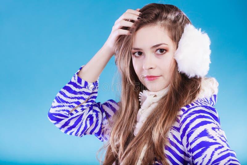 Giovane donna nell'orario invernale immagini stock