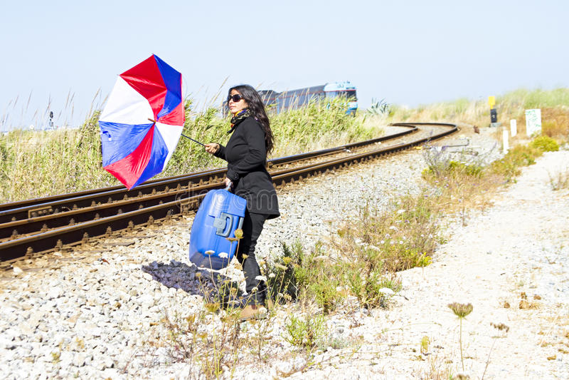 Giovane donna nella disperazione che perde il treno fotografie stock libere da diritti