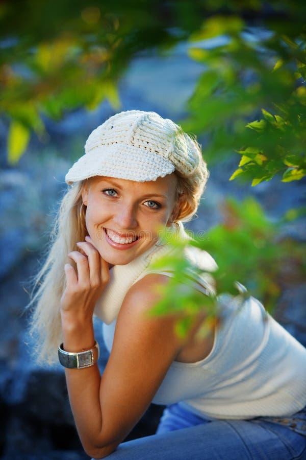Giovane donna nella sosta di autunno fotografia stock libera da diritti