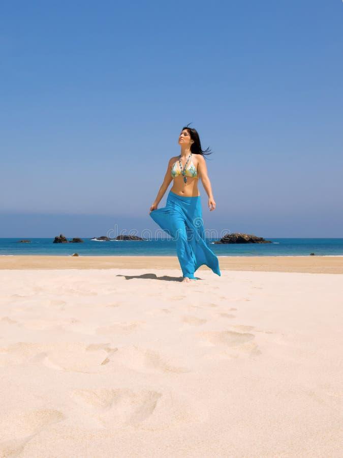 Giovane donna nella spiaggia fotografie stock libere da diritti