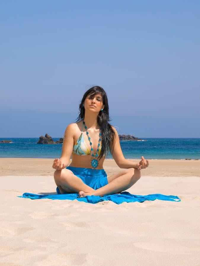 Giovane donna nella spiaggia immagine stock libera da diritti