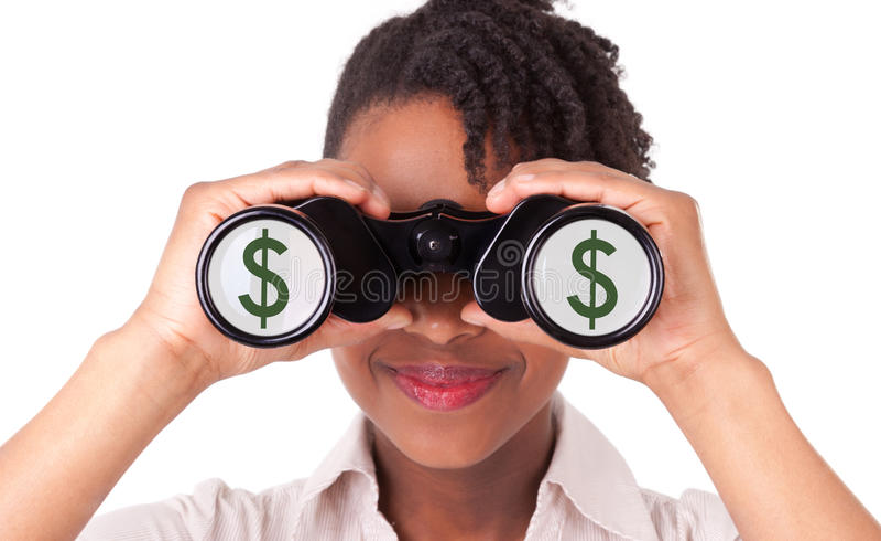 Giovane donna nera/afroamericana di affari che per mezzo del binocolo fotografia stock