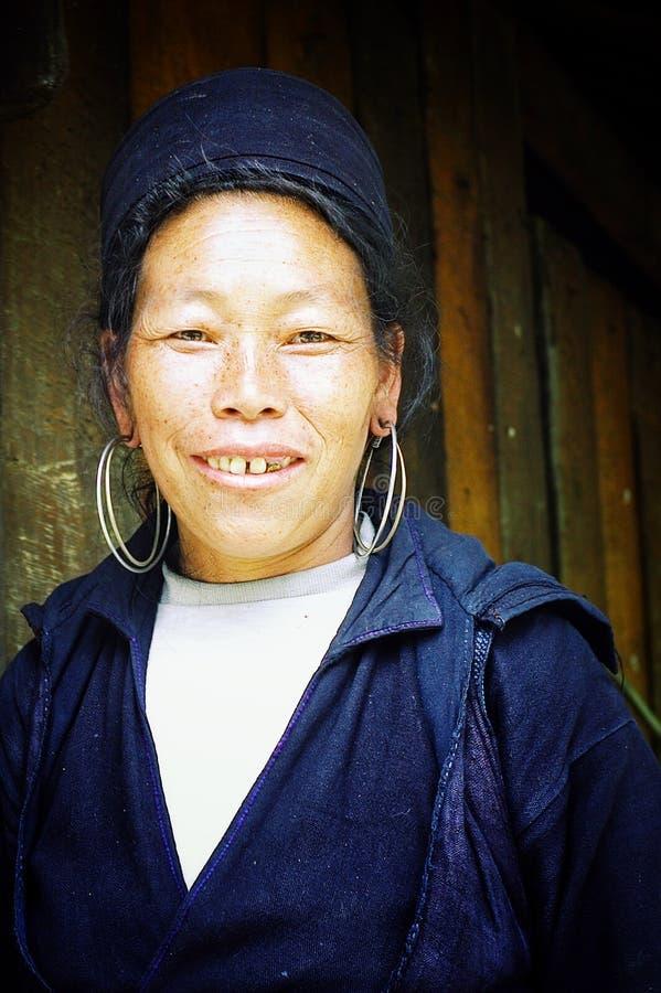 giovane donna nera del hmong davanti ai suoi amici aspettanti della casa da girare su con i bei orecchini fotografia stock