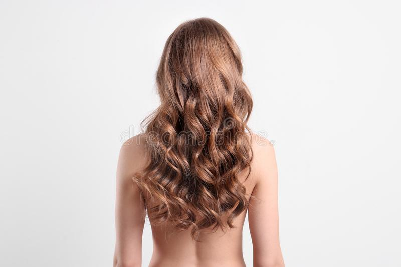 Giovane donna nuda con bei capelli lunghi fotografia stock