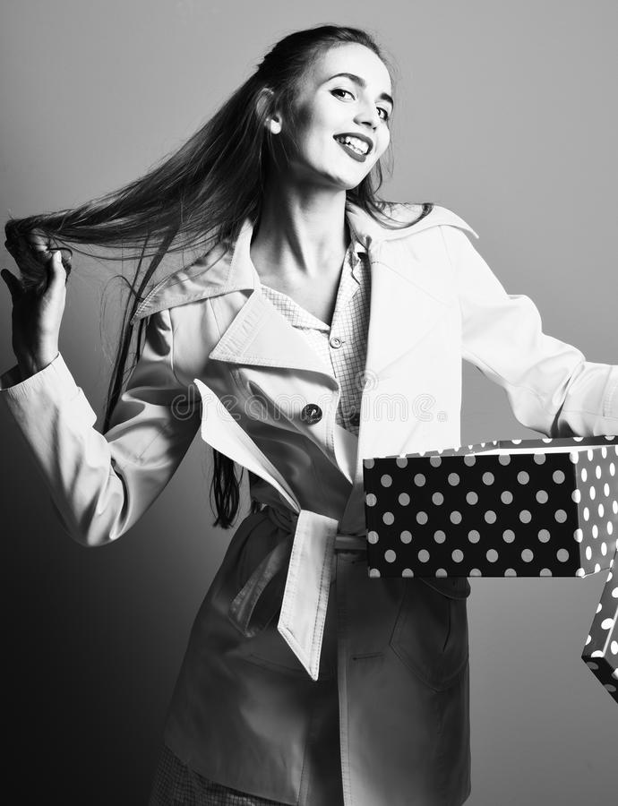 Giovane donna o ragazza graziosa sexy del modello con bei capelli biondi lunghi sul fronte sorridente di modo giallo variopinto d immagine stock libera da diritti