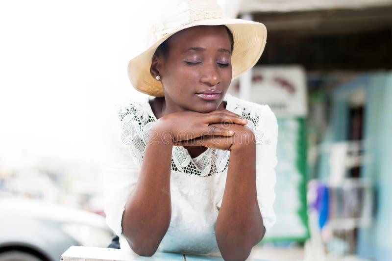 Giovane donna pensierosa nella concentrazione immagine stock libera da diritti