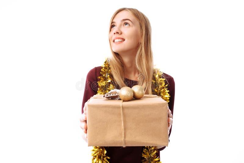 Giovane donna pensierosa, portante un cappello di Santa Claus, sogni, guardanti fotografia stock libera da diritti