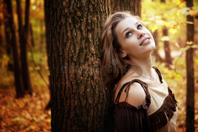 Giovane donna pensive felice in natura fotografie stock libere da diritti