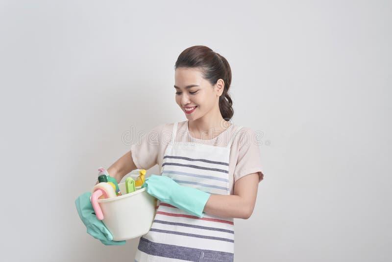 Giovane donna più pulita sorridente Isolato sopra fondo bianco fotografie stock libere da diritti
