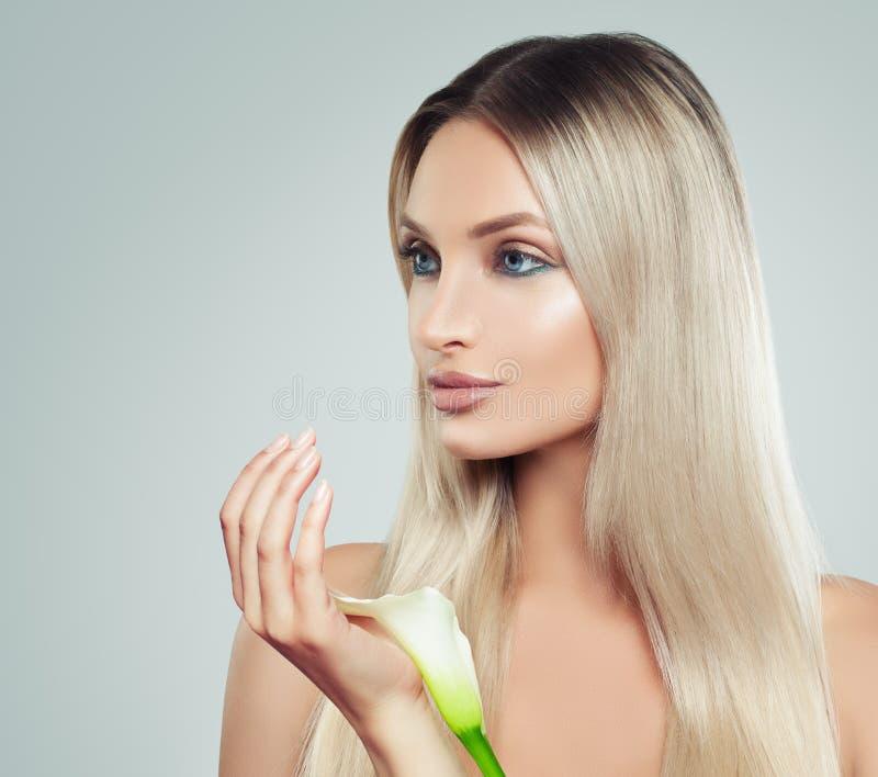 Giovane donna piacevole con pelle fresca pulita, capelli biondi sani fotografia stock libera da diritti