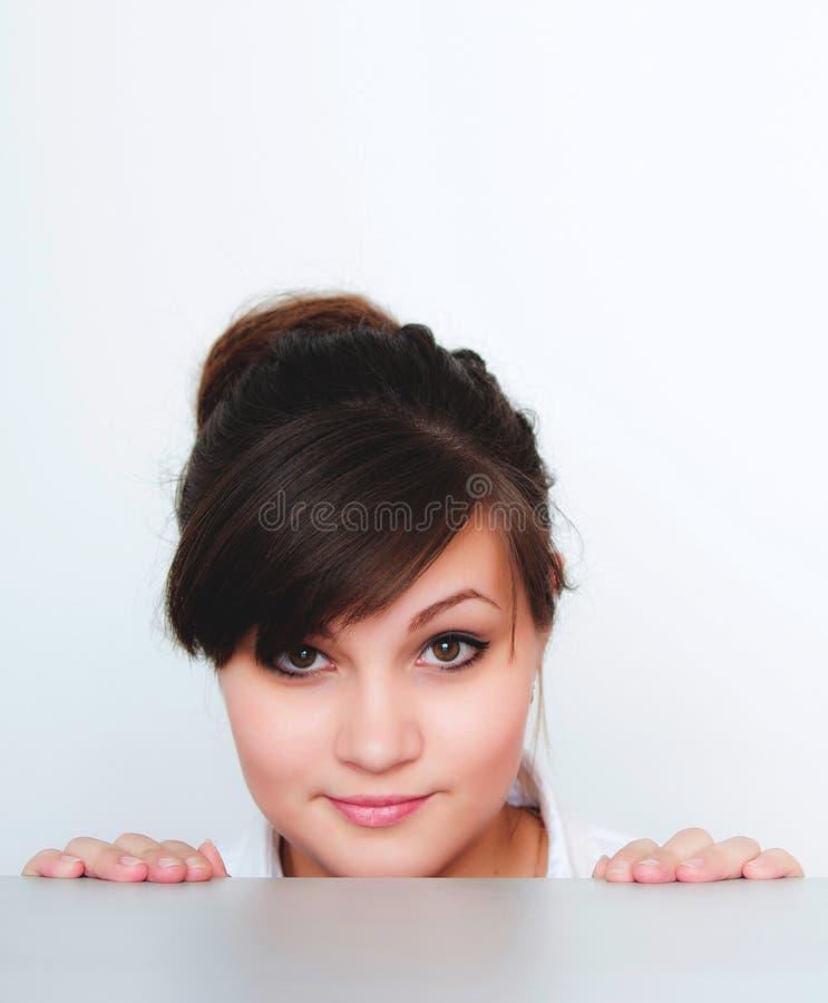 Giovane donna, posante su un fondo bianco fotografia stock libera da diritti