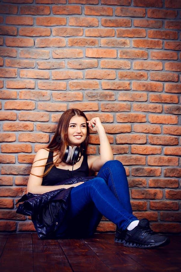 Giovane donna positiva fotografia stock libera da diritti