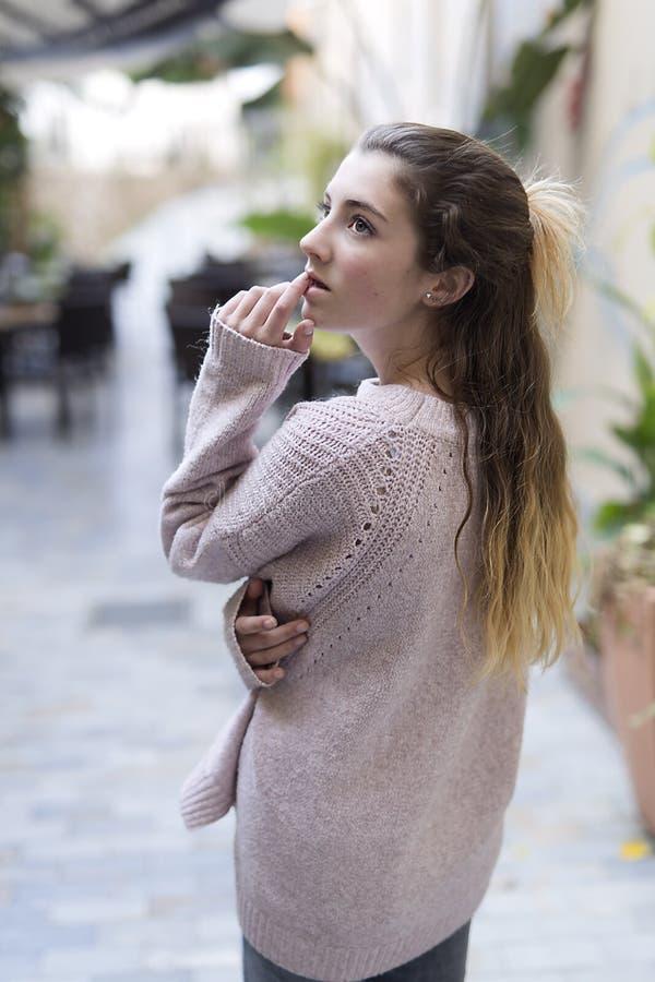 Giovane donna premurosa e senza esaminare macchina fotografica fotografia stock