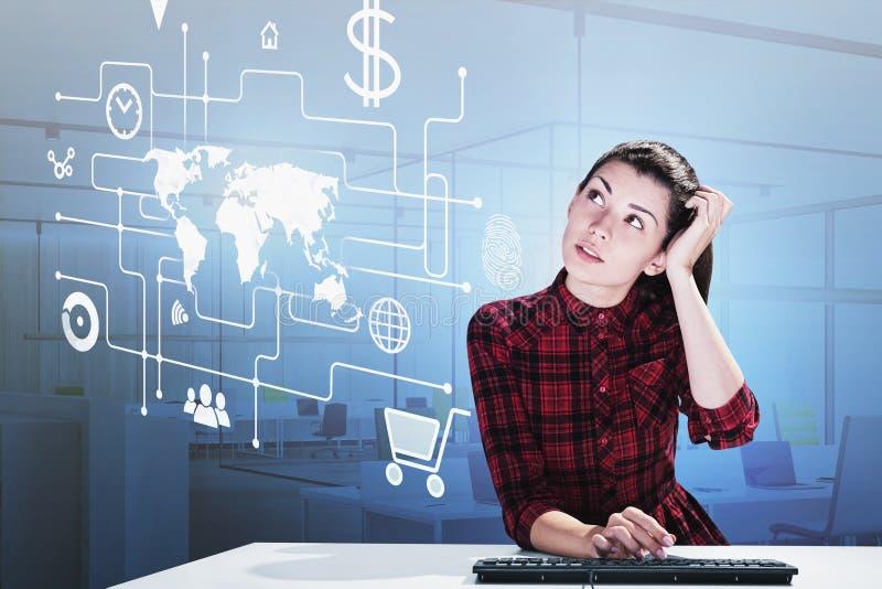 Giovane donna premurosa in ufficio, pagamento online immagine stock libera da diritti