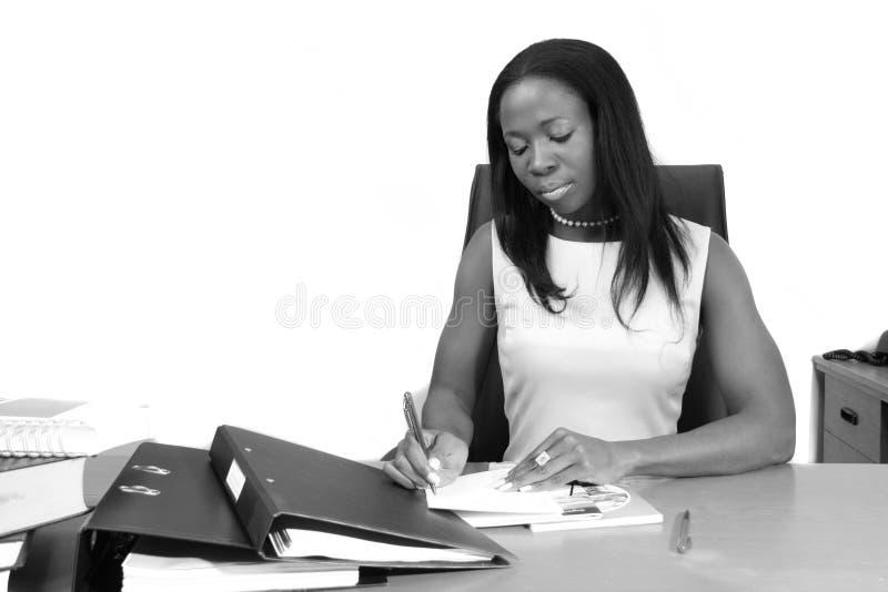 Giovane donna professionale che redige un documento fotografie stock libere da diritti