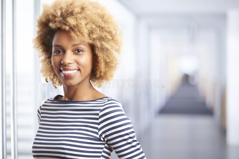 Giovane donna professionale sorridente fotografia stock libera da diritti