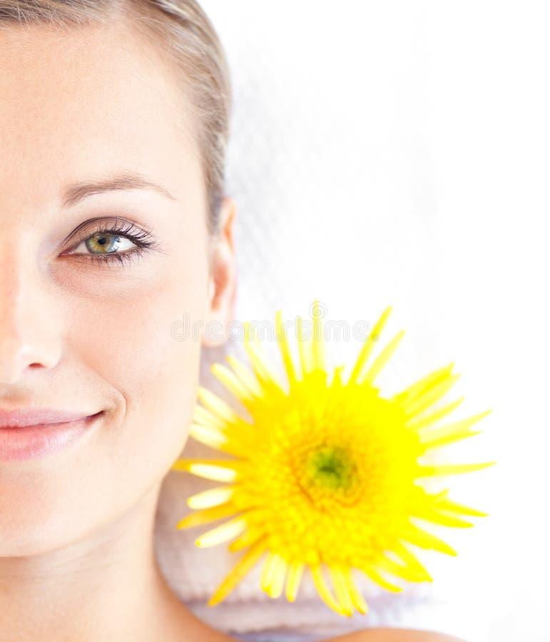 Giovane donna radiante che si trova su una tabella di massaggio immagini stock
