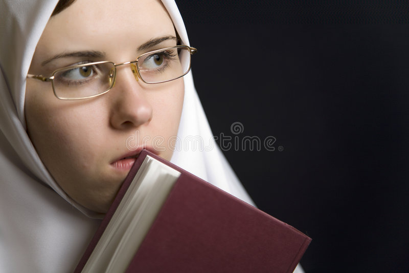 Giovane donna religiosa con la bibbia santa fotografie stock libere da diritti