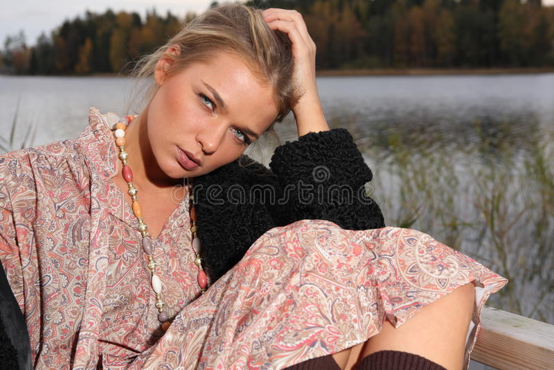 Giovane donna in retro vestiti fotografia stock
