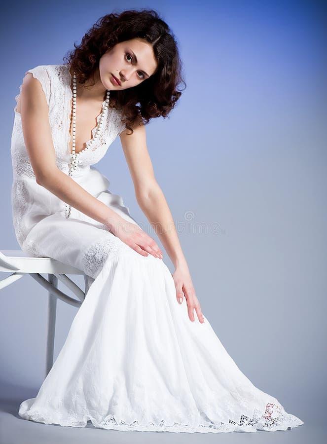 Giovane donna in retro vestito nuziale immagini stock