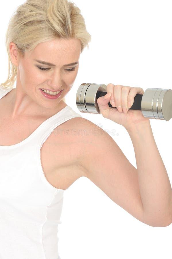 Giovane donna risoluta in buona salute di misura attraente che risolve con i pesi muti di Bell immagine stock libera da diritti