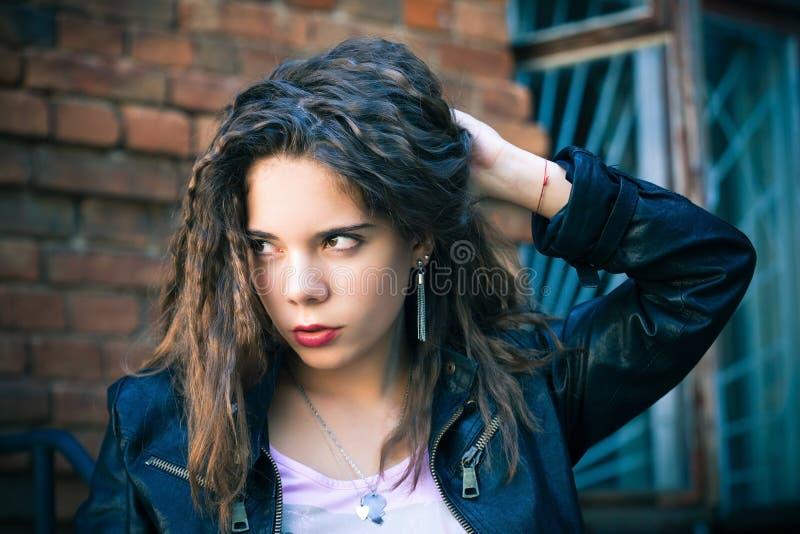 Giovane donna in rivestimento di cuoio immagine stock