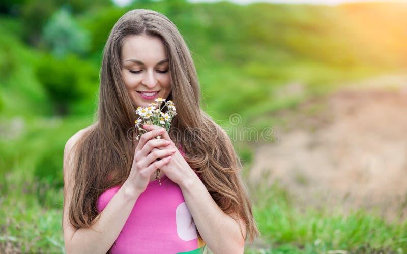 Download Giovane Donna Romantica All'aperto Ad Un Giorno Di Estate Fotografia Stock - Immagine di femmina, verde: 55364146