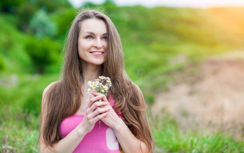 Download Giovane Donna Romantica All'aperto Ad Un Giorno Di Estate Fotografia Stock - Immagine di bellezza, estate: 55364586