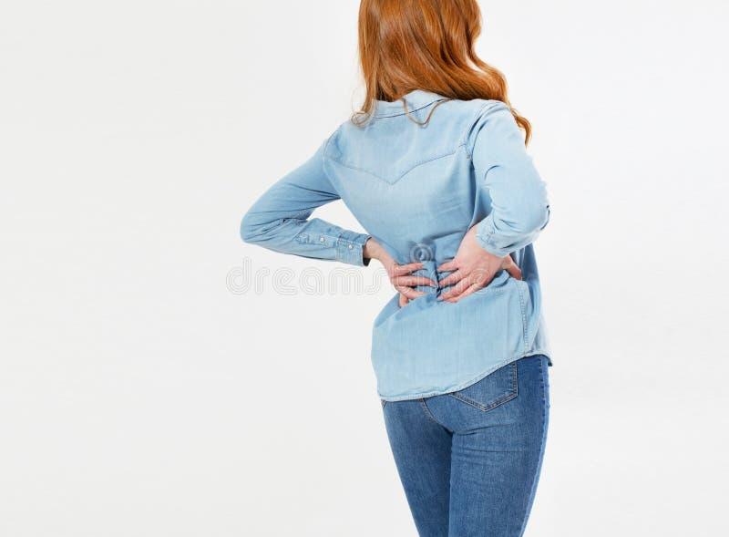 Giovane donna rossa dei capelli che tiene il suo collo nel dolore Concetto MEDICO fotografia stock