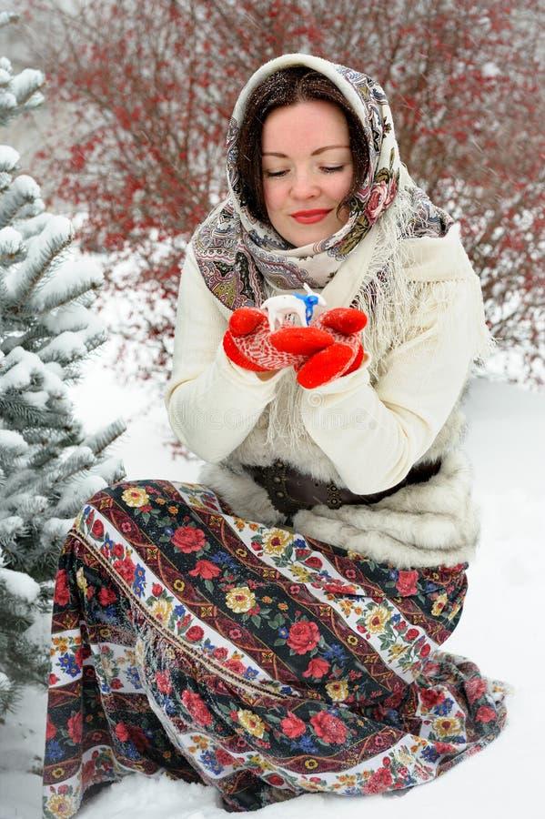 Giovane donna russa nel parco di inverno fotografie stock