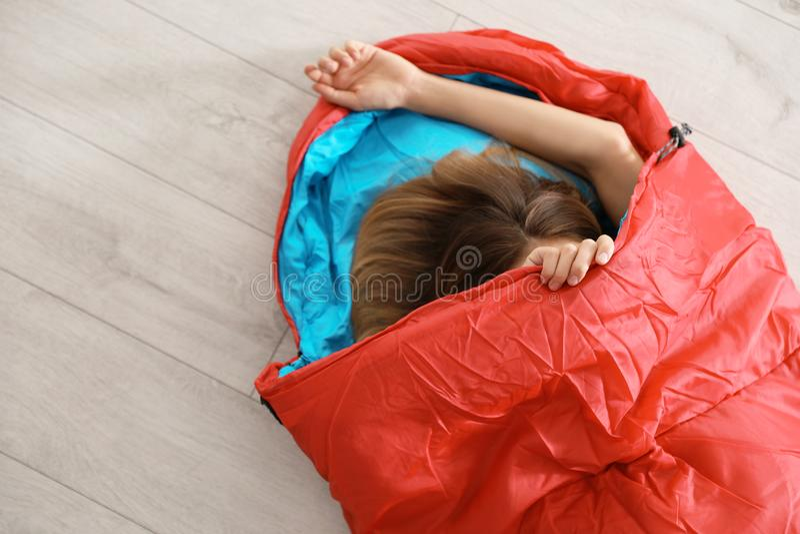 Giovane donna in sacco a pelo comodo immagini stock