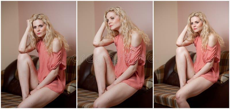 Giovane donna sensuale che si siede sul rilassamento del sofà Bella ragazza giusta dei capelli con i vestiti comodi che fantastic immagine stock libera da diritti