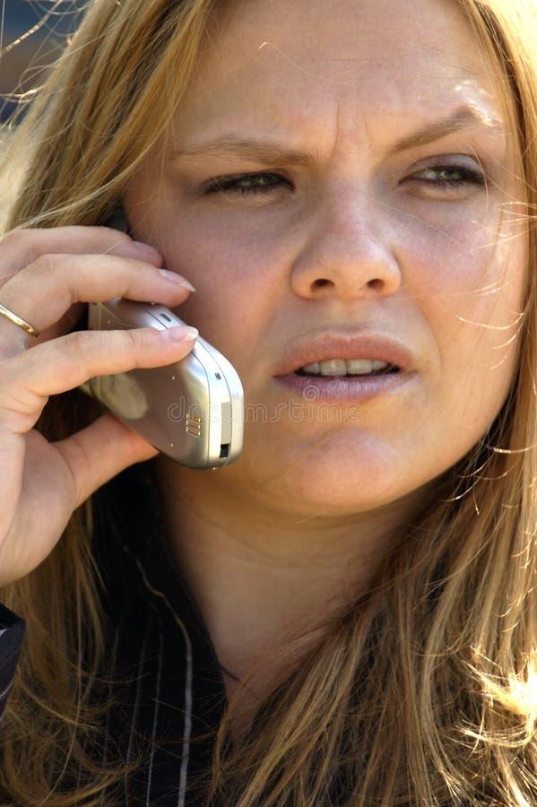 Download Giovane donna seria fotografia stock. Immagine di ascolti - 218320