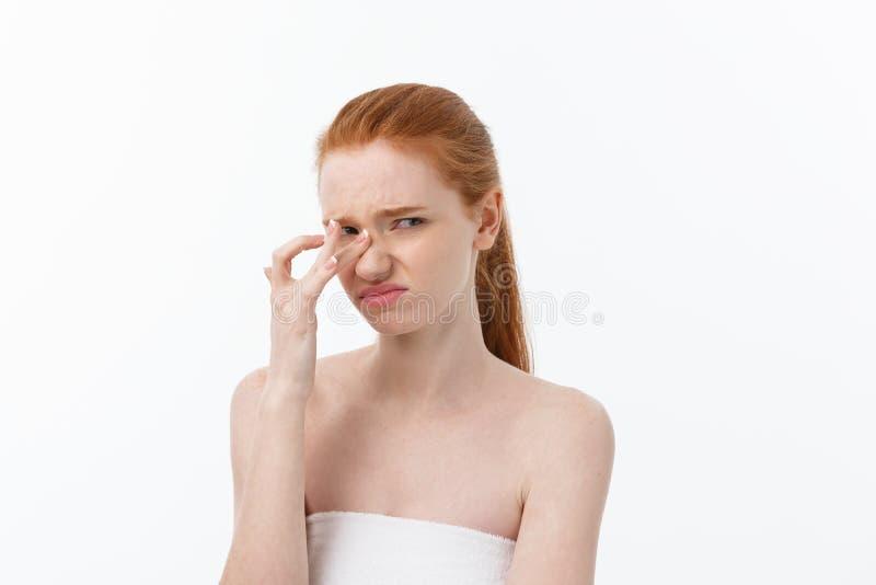 Giovane donna seria triste del ritratto con espressione facciale deludente Isolato su fondo bianco, esaminante macchina fotografi immagini stock