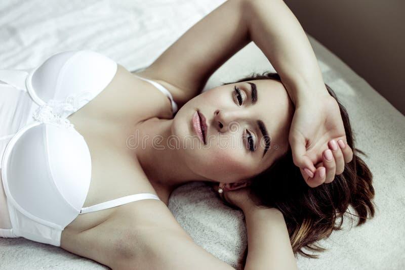 Giovane donna sexy attraente fotografia stock libera da diritti