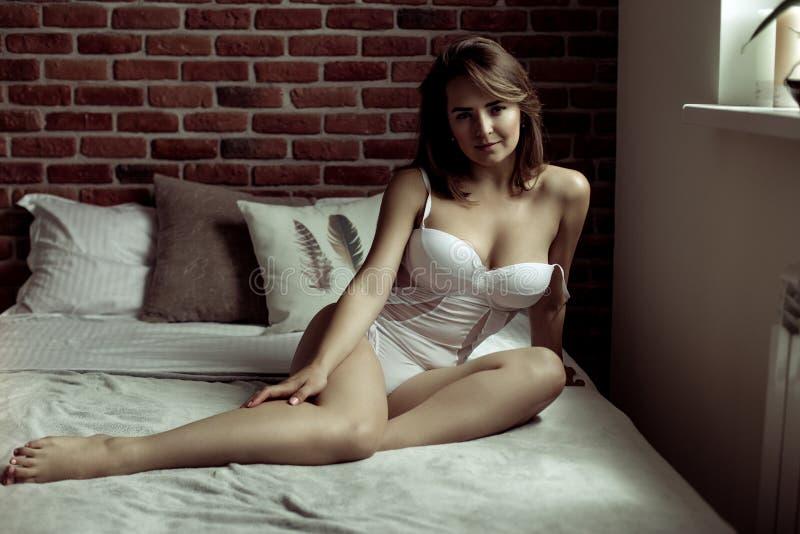 Giovane donna sexy attraente fotografie stock libere da diritti
