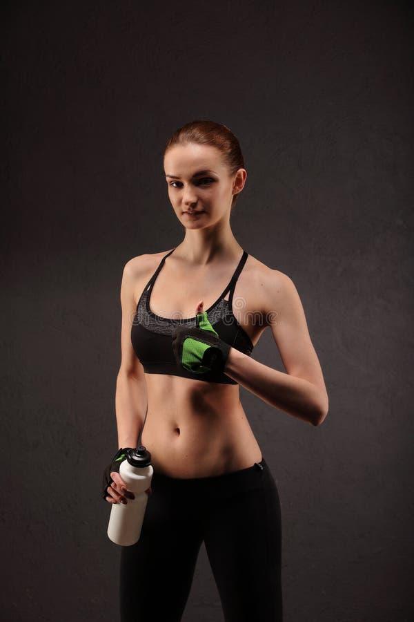 Giovane donna sexy in buona salute con l'ente e i glutes perfetti di forma fisica immagine stock