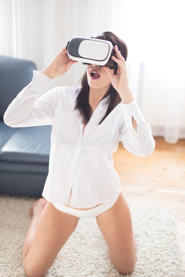 Giovane donna sexy che gode del cybersesso a casa fotografia stock libera da diritti