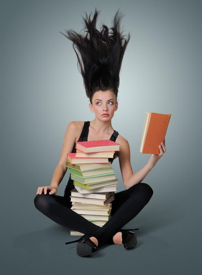 Giovane donna sexy che legge un libro, concetto della fantasia immagine stock libera da diritti