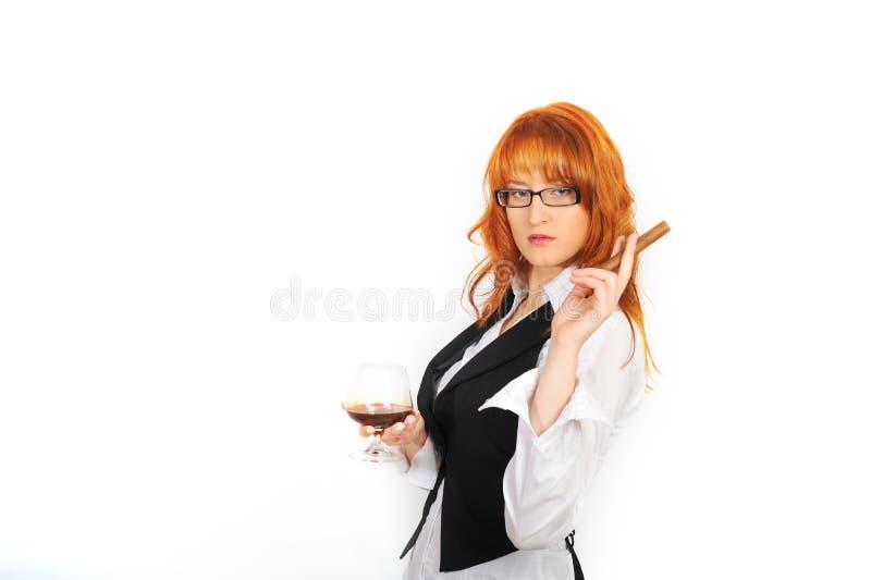 Giovane donna sexy con il sigaro ed il vetro di whisky immagini stock libere da diritti