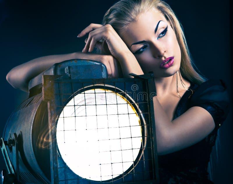 Giovane donna sexy con il vecchio proiettore immagini stock