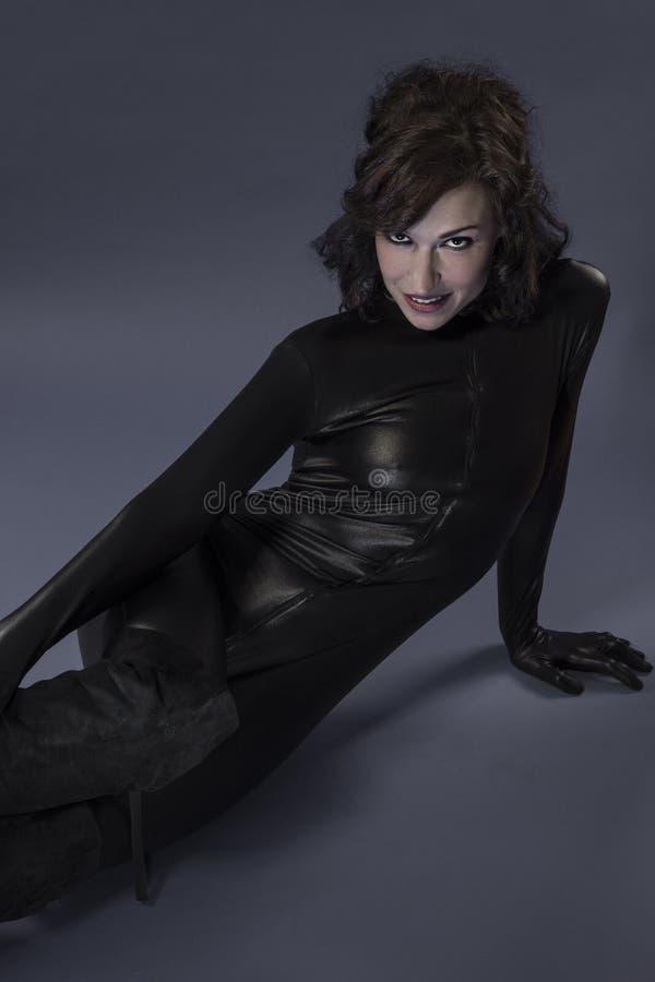 Giovane donna sexy del lattice su fondo grigio fotografie stock libere da diritti